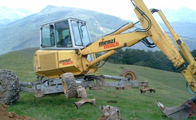 Retroaraña excavadora empleada en excavaciones de balsas en lugares complicados