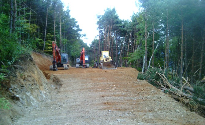 Maquinaria repostando sobre área volvedero-cargadero en nueva apertura de pista. Aspurz-Navascués 2015