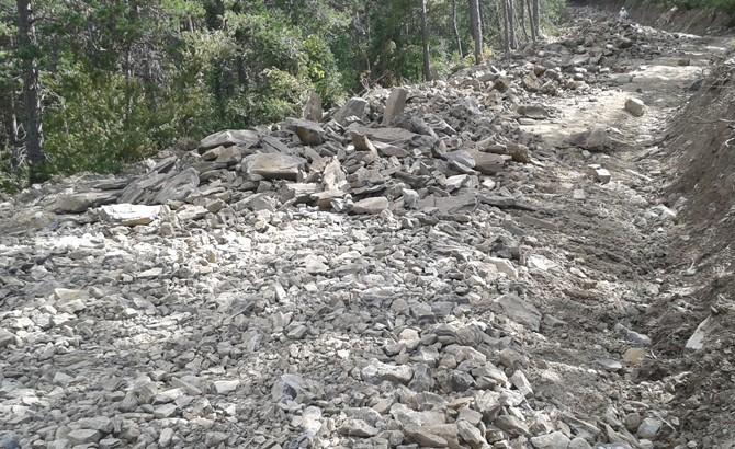 Aporte de piedra procedente de canteras locales previo a machaqueo. Sarriés 2015